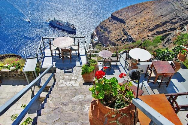 Santorini insel. kleine bars mit blick auf die caldera. griechenland reisen