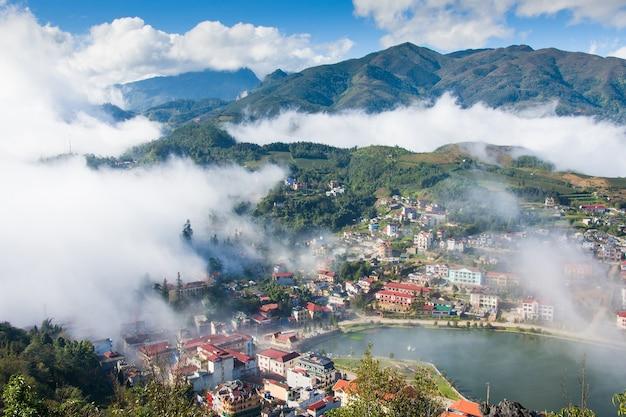 Sapa-talstadt im nebel morgens, vietnam