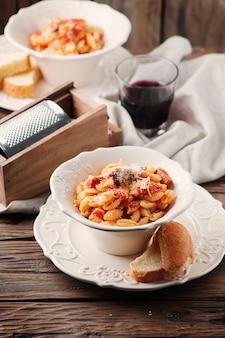 Sardinische traditionelle pasta malloreddus mit wurst
