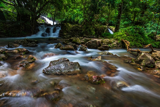 Sarika-wasserfall, schöner wasserfall in der nakornnayo-provinz, thailand.