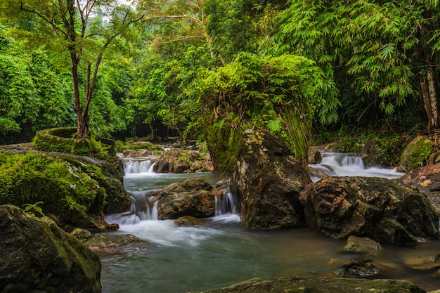 Sarika-wasserfall, schöner wasserfall in der provinz nakornnayok, thailand.