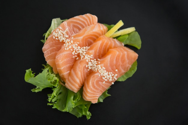 Sashimi auf teller serviert