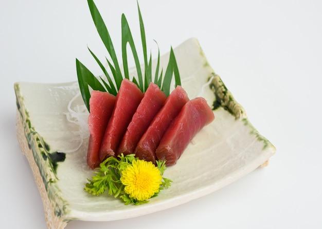 Sashimi in scheiben geschnitten maguro oder thunfisch auf teller