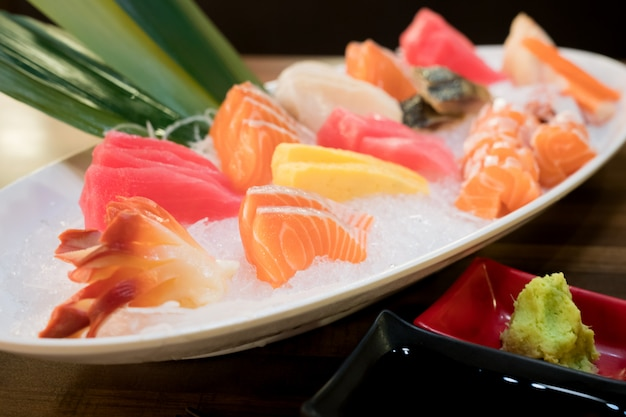 Sashimi-lachs-thunfisch-hamachi-garnelen- und surf-ruhe-set