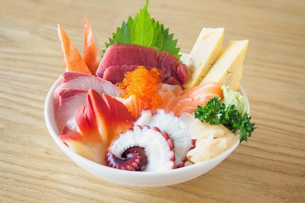 Sashimi rice bowl chirashi don japanisches essen auf holztisch im restaurant