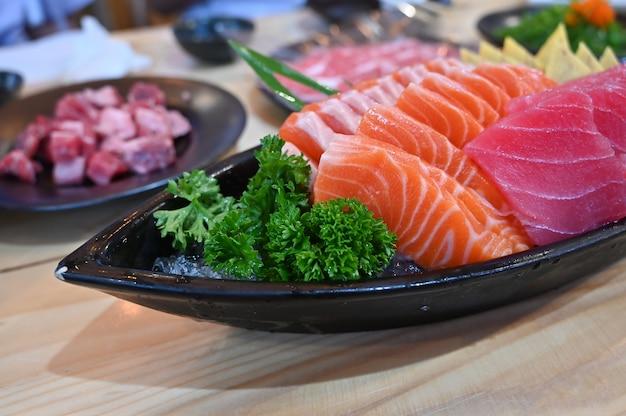 Sashimisatz japan-lebensmittel auf teller.