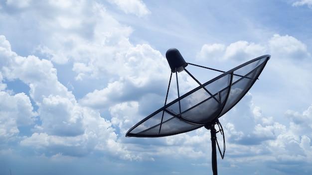 Satellit befindet sich auf einem hohen gebäude