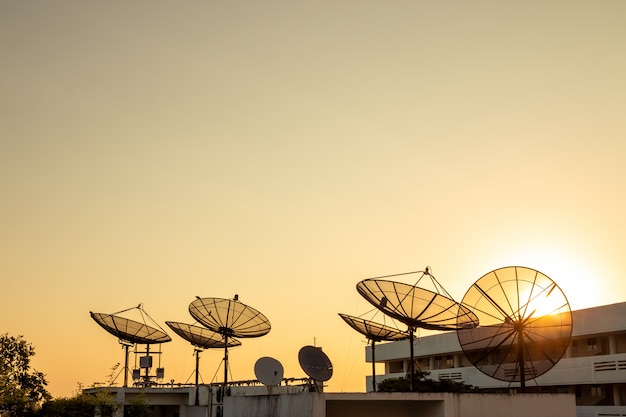 Satellitenempfänger auf dem dach des gebäudes - telekommunikationskonzept