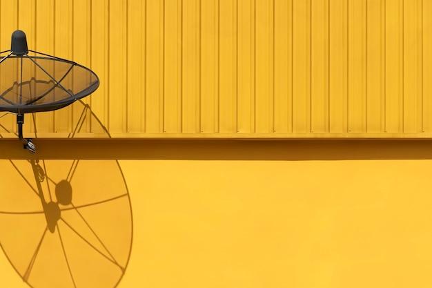 Satellitenschüssel auf gebäude mit beleuchtung und schatten