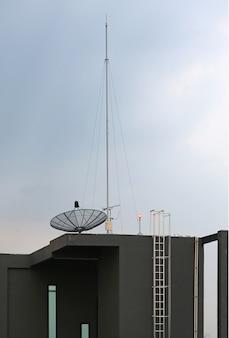 Satellitenschüssel eine antenne auf dem dach des gebäudes