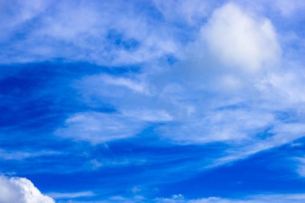 Sattblauer himmel mit weichen weißen wolken