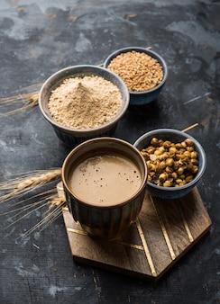 Sattu sharbat ist ein kühlendes süßes getränk, das im sommer mit geröstetem schwarzem kichererbsenmehl, gerste, zucker, salz und wasser zubereitet wird. im glas serviert. selektiver fokus