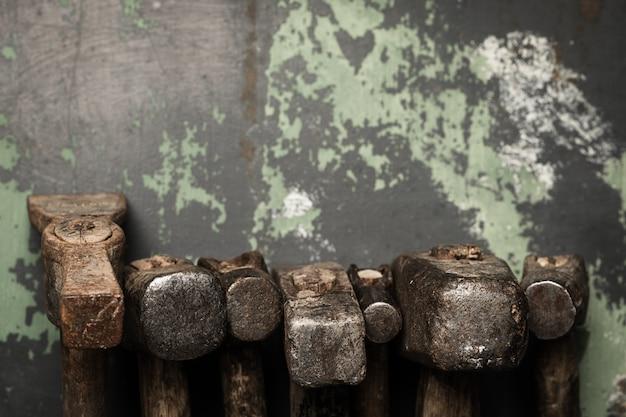 Satz alte hämmer und rostige nägel. werkzeuge auf metall die oberfläche.