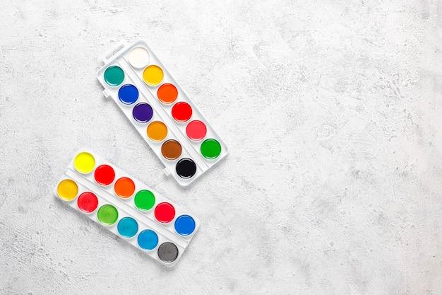 Satz aquarellfarben und pinsel zum malen.