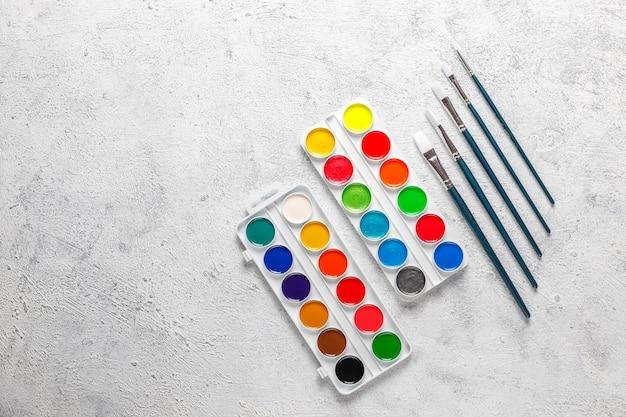 Satz aquarellfarben und pinsel zum malen. Kostenlose Fotos