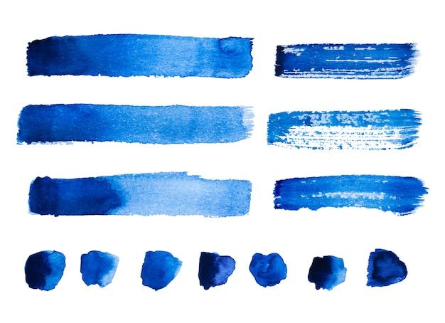 Satz blaue abstrakte aquarellanschläge und -flecke lokalisiert auf weißem hintergrund