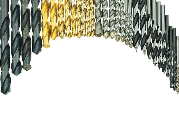 Satz bohrer in verschiedenen größen für holz und beton auf isoliertem weißem hintergrund