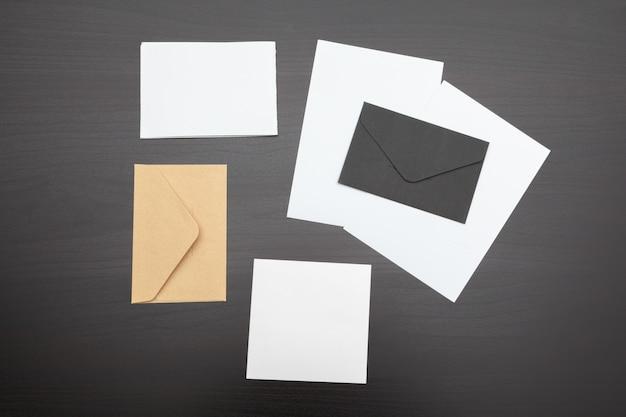 Satz brandingelemente auf tiefem schwarzem, briefpapier