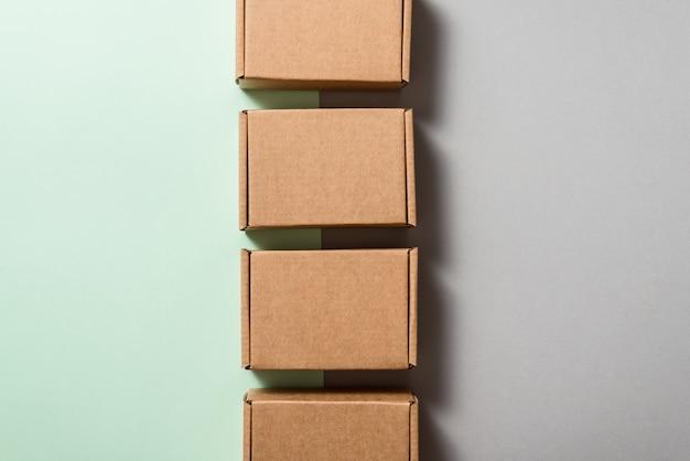 Satz braune kartonschachteln auf blauem hintergrund, kopienraum