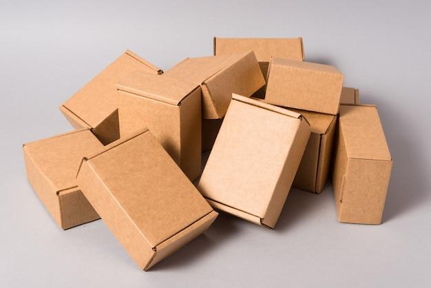 Satz braune papp-messboxen auf grauem hintergrund
