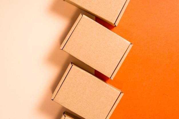 Satz braune pappkartons auf buntem hintergrund