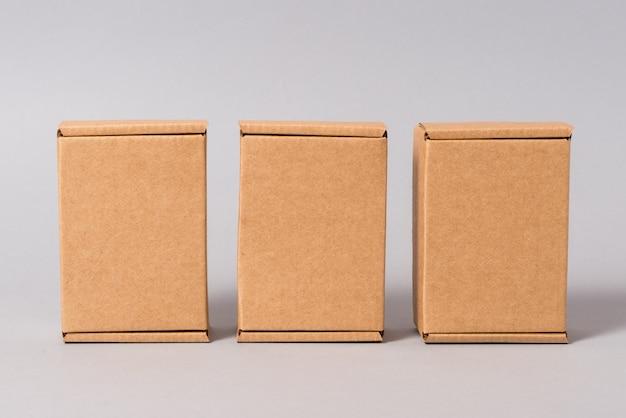 Satz braune pappkartons auf grauem hintergrund