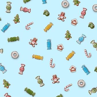 Satz bunte lebkuchenplätzchen in verschiedenen formen auf einer blauen oberfläche. weihnachts- und neujahrskonzept
