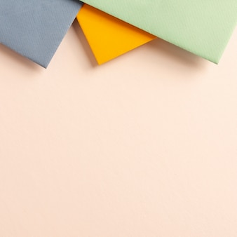 Satz bunte pappblätter mit kopienraum