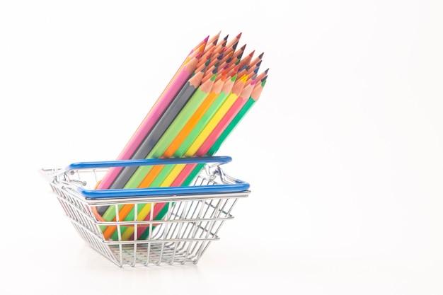 Satz buntstifte zum zeichnen im warenkorb. marketing im geschäftsvertrieb