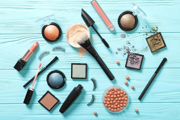 Satz dekorative kosmetik auf einem blauen hintergrund