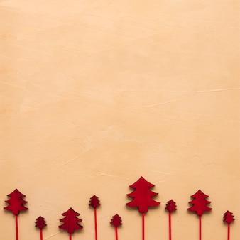 Satz dekorative weihnachtsbäume auf zauberstäben
