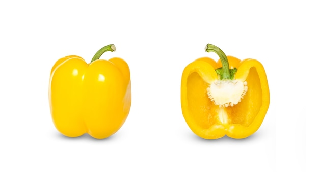Satz der hälfte des gelben pfeffers und des gelben pfeffers isoliert auf einer weißen oberfläche.