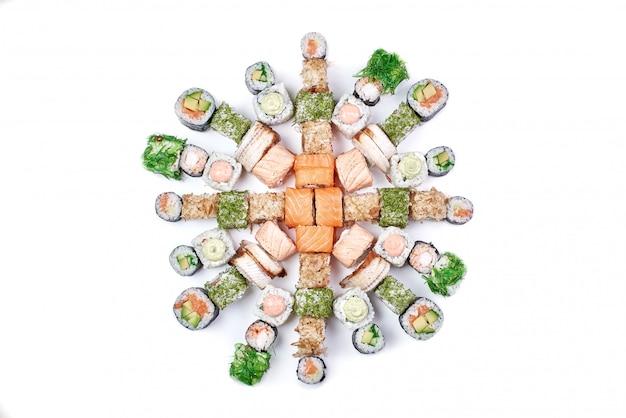 Satz der traditionellen japanischen sushirolle lokalisiert auf weiß