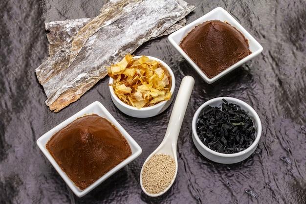 Satz der traditionellen japanischen zutat für das kochen der grundlegenden dashi-suppe