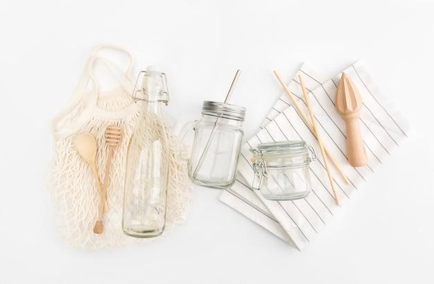 Satz der umweltfreundlichen einkaufstasche, wasserflasche, honig dippe, holzlöffel. plastikfreies konzept.