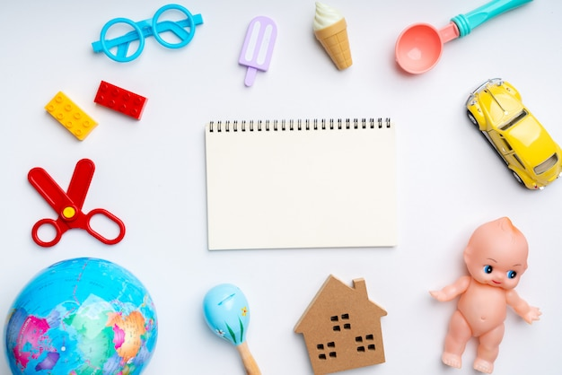 Satz des spielzeugs für kind im kreativen bildungskonzept in der ebenenlage