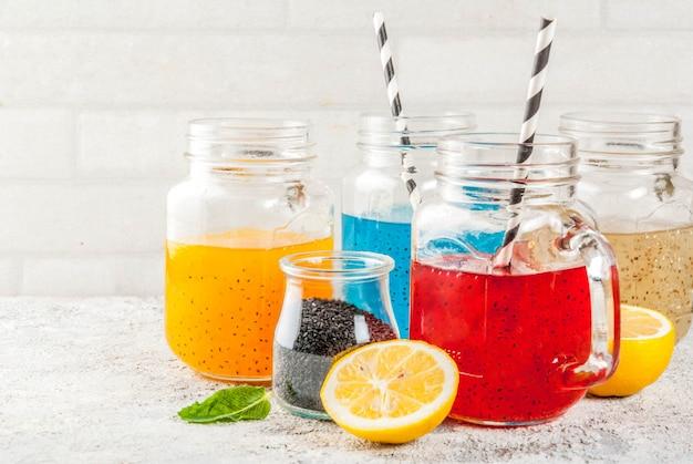 Satz des unterschiedlichen chia samengetränks, cocktails der tropischen frucht