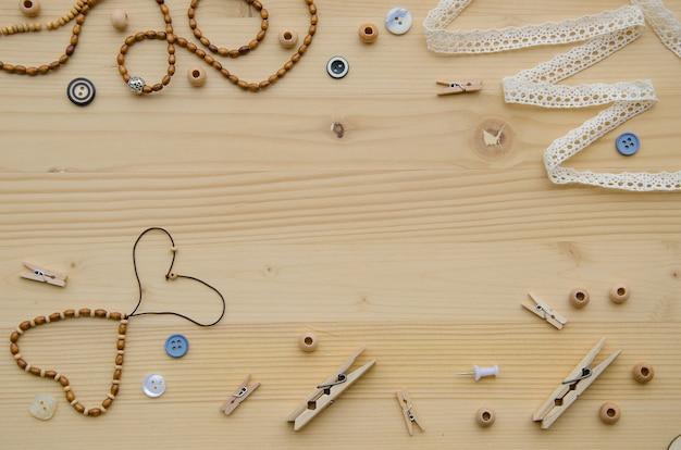 Satz elemente für handwerk und ziergegenstände für handgemachtes auf hölzernem hintergrund.
