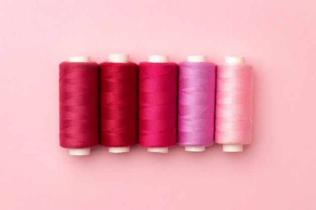 Satz fadenspulen auf rosa
