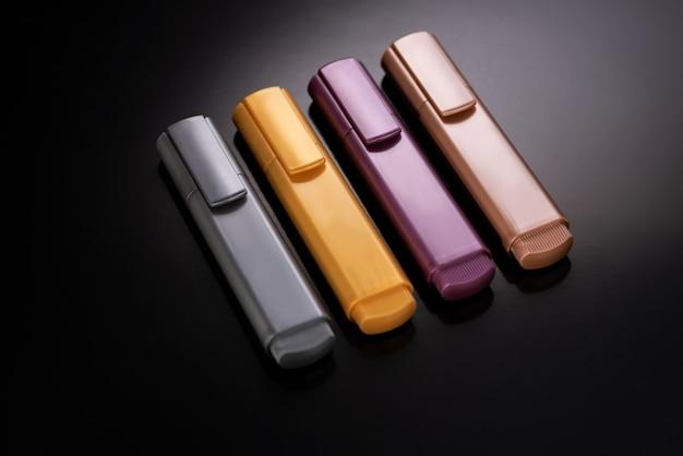 Satz farbiger markierungen (silber, gold, rubin und perlenrose)