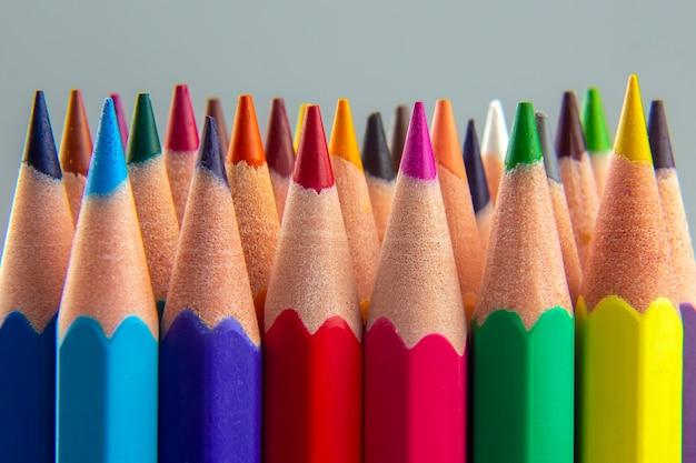 Satz farbstifte auf grauem hintergrund. zeichenutensilien. palette in der kreativität