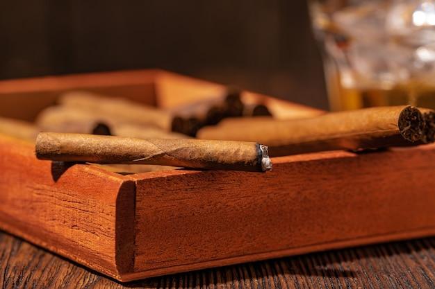 Satz feine zigarren auf hölzernem hintergrund