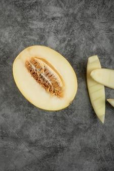Satz frische süße melone auf marmoroberfläche gelegt.