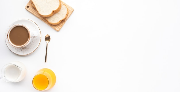 Satz frühstücksnahrung oder bäckerei auf weißem tischhintergrund