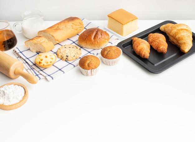 Satz frühstücksnahrung oder bäckerei, kuchen auf tischküchenhintergrund