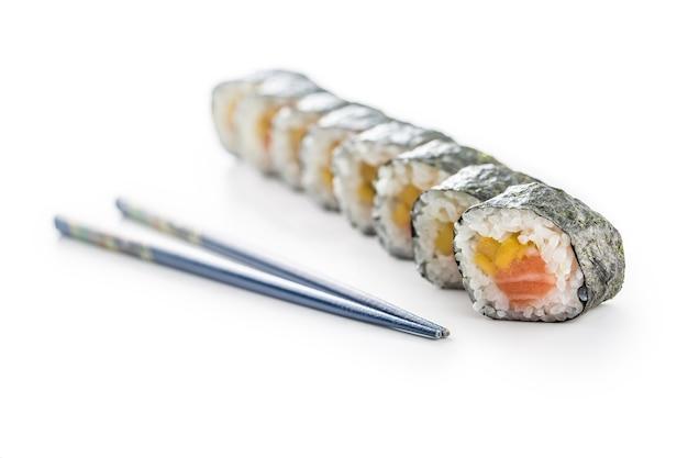 Satz futomaki-sushi und essstäbchen isoliert auf weißem hintergrund.