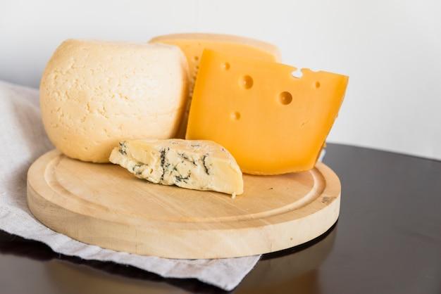 Satz geschmackvoller käse auf hölzernem brett