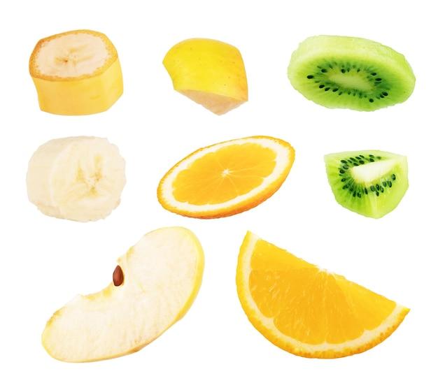 Satz geschnittene früchte isoliert auf weißem hintergrund