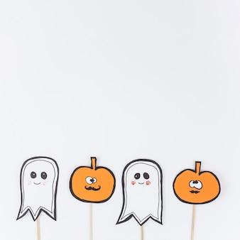 Satz halloween-dekorationen auf stöcken