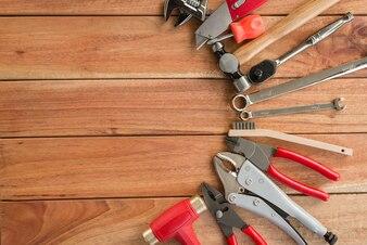 Satz Handwerkzeuge auf einem Holztisch, neues Handwerkzeug.